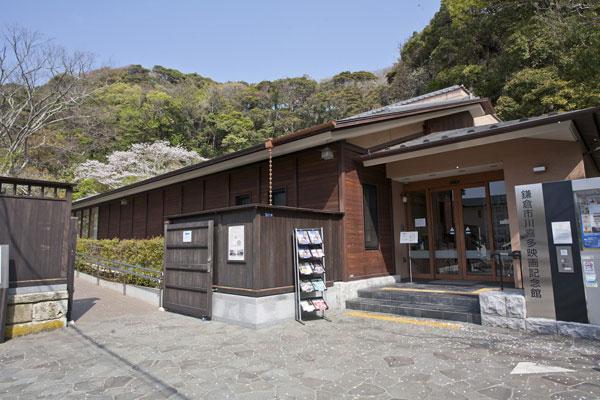 鶴岡八幡宮三ノ鳥居から北鎌倉方面へと進み、小町通りへと至る道に入ってすぐ右手に折れると川喜多映画記念館が見えてきます。