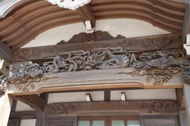 本堂の柱に彫られた龍の彫刻。