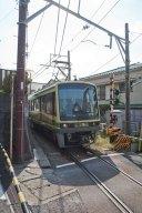 満福寺の境内へと登る階段は江ノ電の線路に面しているので、すぐ脇を江ノ電が走り抜けます。