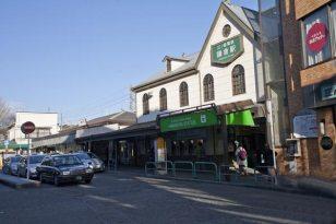 鎌倉駅西口。地元では裏駅と呼びます 。江ノ電の駅舎が大きいのが特徴です。鎌倉駅西口。地元では裏駅と呼びます 。江ノ電の駅舎が大きいのが特徴です。