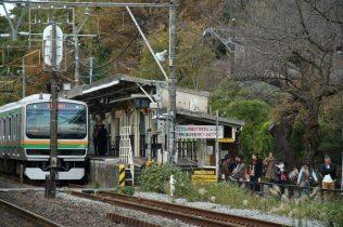小津安二郎の映画にも度々登場した北鎌倉駅。円覚寺に行くには下りホームの出口専用改札から出ます。