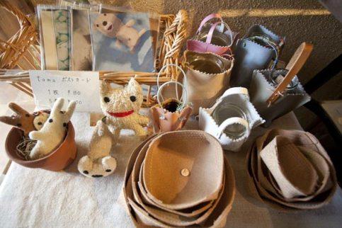 左はtamaさんのぬいぐるみやキーリング(¥2,500~)。右は河岡のり子さんのレザークラフト(小皿¥250~、花瓶¥450~)。