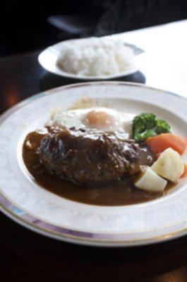 メイン料理のハンバーグ。写真はハンバーグに目玉焼きとごはん、ドリンクがついた鎌倉ハンバーグランチ(1,180円)