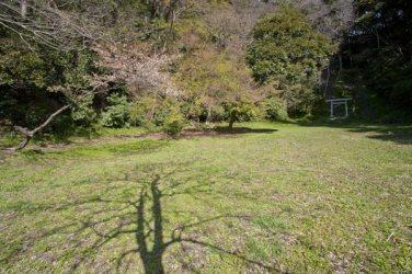 三浦泰村供養塔。源頼朝法華堂跡、北条義時墓所といわれているこの場所の奥にあります。この平場の上には大江広元の墓もあります。