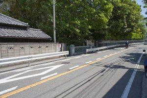 金沢街道沿いにある歌ノ橋。手前は鶴岡八幡宮方面、奥は杉本寺方面です。