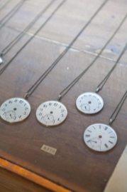 今城晶子によるアンテーク時計盤ペンダント。さまざまな国の文字盤は同じものが2つとありません(5,775円)。