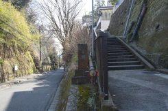 極楽寺坂上の入口。