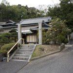 法性寺本堂。右手の道は日蓮廟所、大切岸、名越切通しへと続いています。
