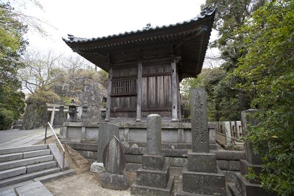 静かな道を一歩一歩登ると日朗廟所がみえてきました。