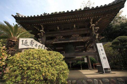 五重塔をおりて本堂左手に向かうと、龍口寺の鐘楼堂があります。延寿の鐘をつくことができます。龍ノ口法難750年を記念し中山法華経寺から移築されました。