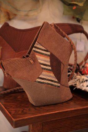 竹田安嵯代 作、酒袋と帯地を使ったバッグ(ショルダータイプ)、36,750円。