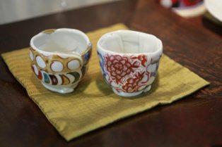 山中湖に近い忍野村在住、松田百合子さんのぐい呑、29,400円(左)、31,500円(右)。松田さんの作品はこの他にもたくさんあります。どこか元気を与えてくれるような器です。