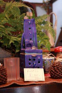 信楽在住の作家、奥田美恵子さんの青の香炉、73,500円。ピンクのストライプはガラス作家、高梨良子さんの香炉、8,400円。松ぼっくりのキャンドル、500円。