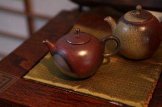 急須作家、山本広己さんの小さな急須、(左手前)63,000円、(奥)42,000円。ともに手で穴をあけて作った茶こしの部分が特に見事です。