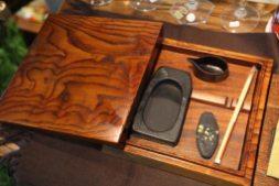 漆器作家、泉泰代さんの硯箱(蒔絵つき)、189,000円。一枚板から掘り出して蓋ものをつくるのは高度な技術を持った作家さんならではの技です。小さな水滴も見事。
