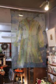 京都在住のテキスタイルアート作家、上田恭子さんのタピストリー、28万円。透け感のある絹紗を使った大作です。