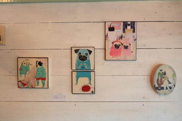 パグとフレンチブルドッグをモチーフにしたカリフォルニアのアーティストの作品。