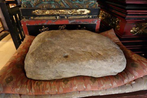 龍口寺本堂内に安置された龍ノ口刑場の敷皮石。※本堂内の撮影は許可を得て行っています。
