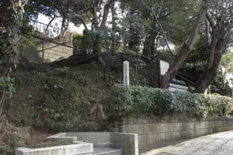 通りから清雲寺入口に入り、しばらくいくと左手に見えてきます。