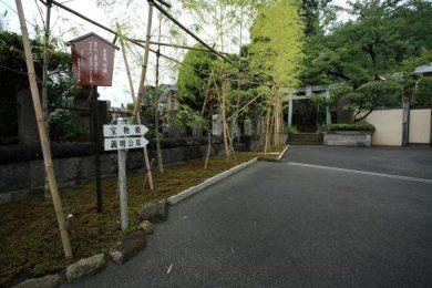 満昌寺本堂左手、御霊神社へと向かう道。御霊神社には宝物殿や三浦義明首塚があります。