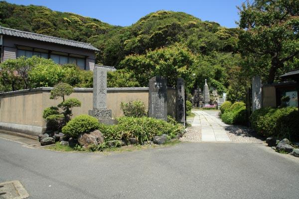 祇園山を挟んで妙本寺の反対側あたりに大寳寺はあります。大町のとてものどかな場所にあります。大町四ツ角を名越方面に歩き、川の手前を左折していきます。