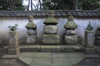 清雲寺、伝三浦為継とその一党の廟所。とても凄みがあります。中央が三浦為継、左右いずれかが為通、義継のもの。もともとは為継の墓と伝わる五輪塔がこの地にあり、廃寺となった円通寺から為通、義継を移し、三代の廟所となりました。