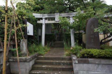 満昌寺、御霊神社。階段を登ると宝物殿や三浦義明廟所があります。