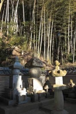 満願寺にある伝佐原義連廟所は竹林と山を背に静かに佇みます。