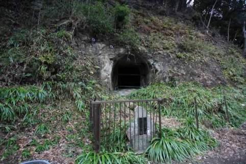 妙本寺墓地左手の崖にある佐竹矢倉。1422年(応永29年)、佐竹・上杉合戦に敗れた佐竹常元とその家臣13人がこの矢倉の中で自害しました。