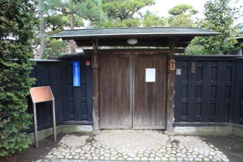 若宮大路を駅と反対側に一本入った小道にある野尻邸(旧大佛次郎茶亭)。週末のみ大佛茶廊として公開されています。