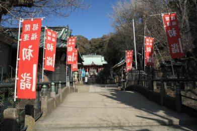 海南神社。神橋を渡り境内に入ります。