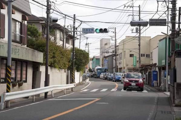 大御堂橋信号。荏柄天神社参道から歩いてきたら、この写真は反対側のものです。ちょうど赤い車の辺りに右に入る道があります。