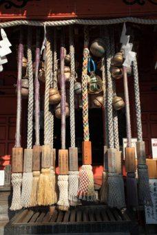 海南神社。奉納の鈴がたくさん。