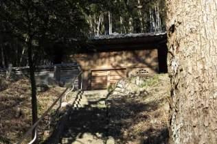 満願寺。本堂左手の階段を登るとまずは観音堂が見えてきます。