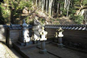 満願寺観音堂の右隣には伝佐原義連廟所があります。