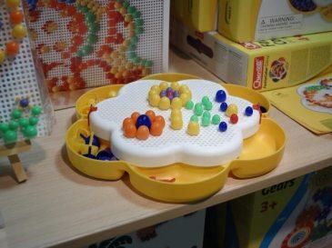 ファンタカラーデイジー/¥2,000(税抜)。約260ピースのきのこのような形をした「ペグ」をボードにさして、お絵かきが楽しめます。