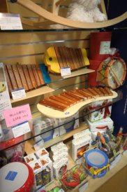 楽器の玩具が並んだ棚。特に魚の形をした木琴(おさかなシロフォン/¥9,500 税抜)は音もきちんと調律されておりぜひ子供買ってあげたいと思いました。