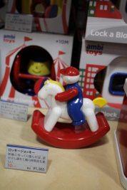 ロッキージョッキー/¥1,300(税込)。前後にゆらして遊ぶシンプルさが魅力。足が少し遅れて動くのも面白い。