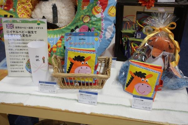 イギリス製の玩具。布絵本/¥1,800(税抜)、ソフトブック/¥1,155(税抜)。