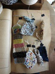 糸の編みサンプル(見本)2。何本かの異なるテクスチャーの糸を混ぜて編むと、一枚の布を作っているような感覚になります。