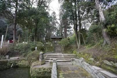 鎌倉の七福神めぐり。布袋尊のある北鎌倉の浄智寺はとても静かです。浄智寺の左にある測道をゆくと葛原岡・v大仏ハイキングコースに入ることができます。