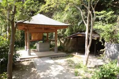 化生窟と御硯水。日蓮が鎌倉入りして最初に過ごした場所とされています。安国論寺の門を正面に見て、左手の安国論寺と額田記念病院の間のやや登りの道を少しあるき、駐車場のあたりで左手に入っていきます。