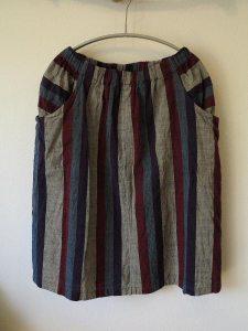 会津木綿のラウンドポケットスカート2(ヤンマ産業)/13,500円(税別)。両サイドの大きなポケットがポイントです。