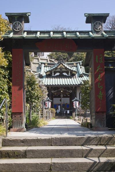 道沿いにある常栄寺(ぼたもち寺)。桟敷の尼の信心が750年以上を経た今も受け継がれています。