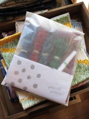 木木、ラフィアの刺繍キット/1,600円(税別)。ラフィア5色、針、布、刺し方付き。普通の刺繍とは違い、絵を描くような感覚に近いです。刺繍が初めてという方にもぜひ挑戦していただきたい面白さ。