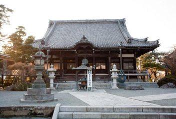本覚寺本堂。本覚寺のあじさいは本堂の右脇と山門側にあります。