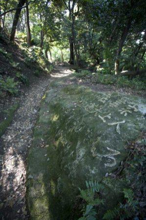 名越切通し法性寺口近くにある石には日蓮が松葉ヶ谷法難の際に逃げ延びた道である旨が記されています。