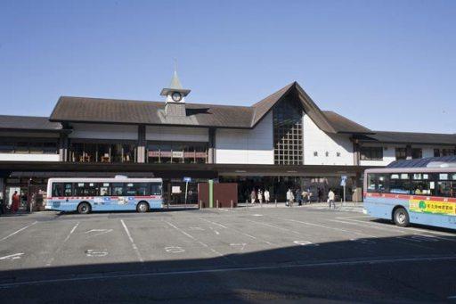 初夏の鎌倉駅。バスロータリーのあるこちらが東口、反対の江ノ電側(西口)は地元では裏駅と呼んでいます。