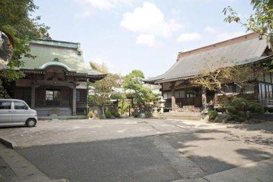 法源寺。右が本堂、左が稲荷堂です。