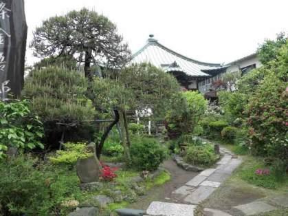 収玄寺境内。花木がきれいに植えられています。